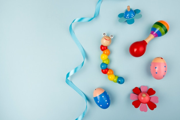 Widok z góry kolorowych zabawek dla dzieci