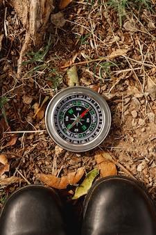 Widok z góry kompas do wskazówek na polu