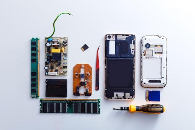 Widok z góry komponentów smartfona izoluje na białym tle ze ścieżką przycinającą