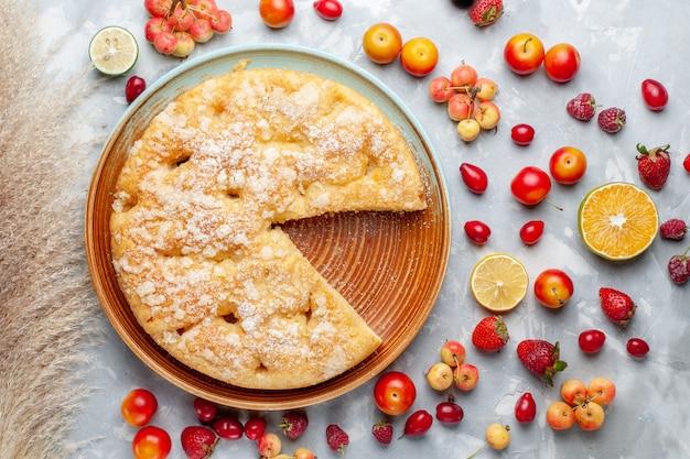Widok z góry kompozycja owocowa cytryny śliwki i wiśnie z ciastem na białym biurku owoce dojrzałe, świeża, łagodna witamina