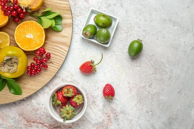 Widok z góry kompozycja owocowa świeże owoce na białym biurku