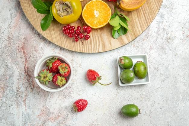 Widok z góry kompozycja owocowa świeże owoce na białym stole