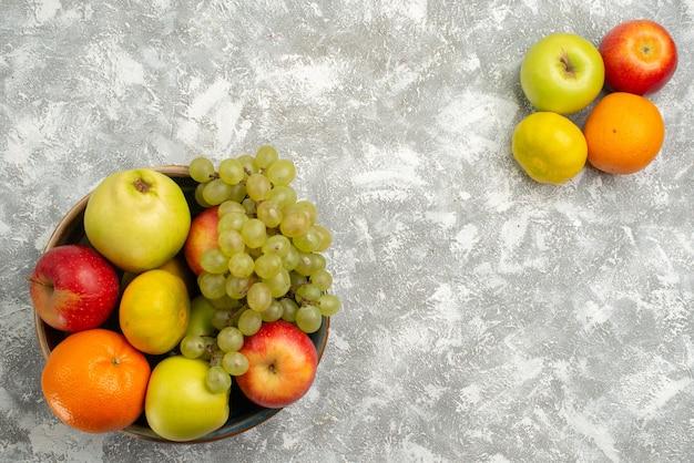 Widok z góry kompozycja owocowa winogrona mandarynki i jabłka na białym tle dojrzałe owoce witamina mellow świeży