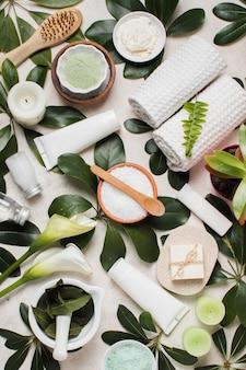 Widok z góry kompozycja spa z zielonymi liśćmi
