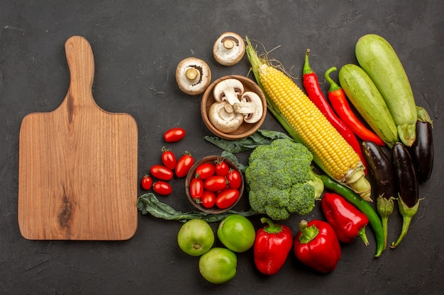 Widok z góry kompozycja świeżych dojrzałych warzyw na szarym biurku