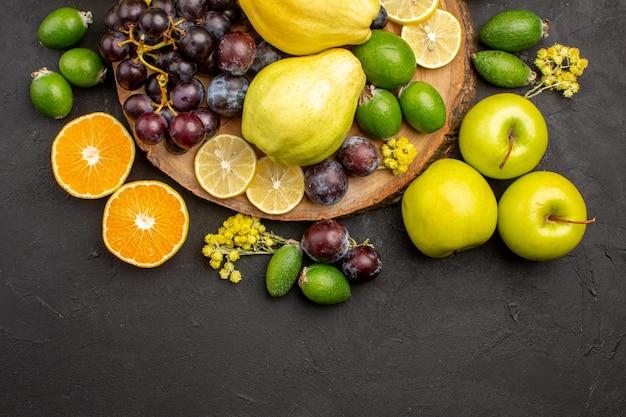 Widok z góry kompozycja świeżych owoców łagodne dojrzałe owoce na ciemnej powierzchni dojrzałe owoce witamina świeża aksamitna