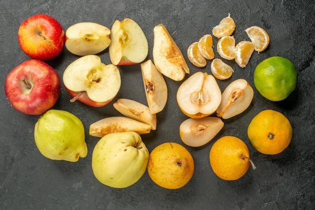 Widok z góry kompozycja świeżych owoców na ciemnym biurku