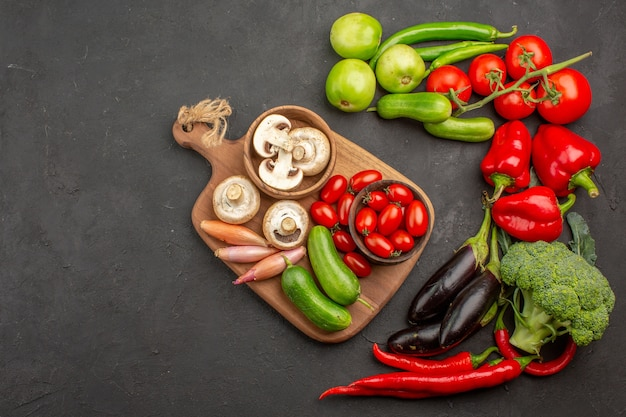 Widok z góry kompozycja świeżych warzyw na ciemnym tle