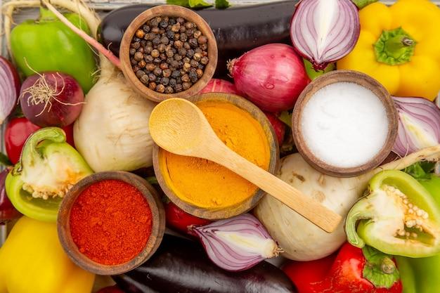Widok z góry kompozycja świeżych warzyw z przyprawami