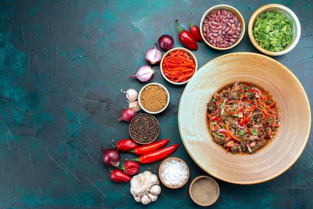 Widok z góry kompozycja warzyw cebula czosnek zielenie i papryka na ciemnym biurku posiłek warzywny sałatka kolorowa fotografia