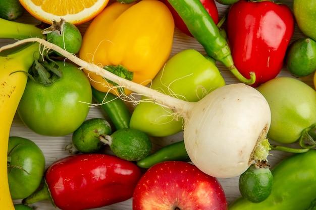 Widok z góry kompozycja warzywna z owocami na białym biurku