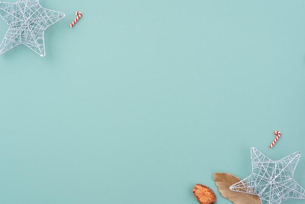 Widok z góry kompozycji ornamentu dekoracji świątecznych z prezentem choinki gwiazda piernika płasko leżał z miejsca na kopię na białym tle