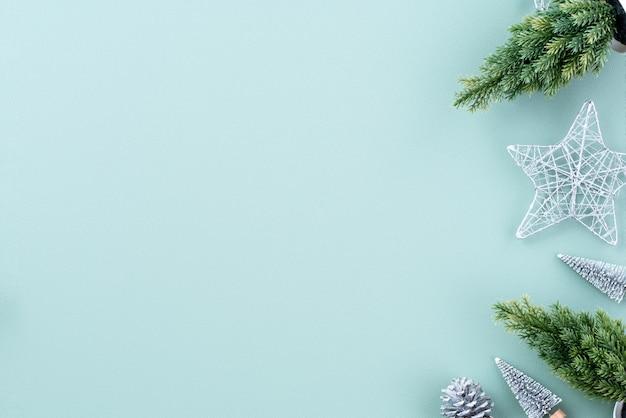 Widok z góry kompozycji ornamentu świątecznej dekoracji świątecznej z prezentem choinki gwiazda piernika płasko leżał z miejsca na kopię na białym tle na zielonym tle
