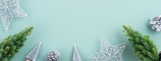 Widok z góry kompozycji świątecznych dekoracji z miejsca na kopię na białym tle na zielonym tle.