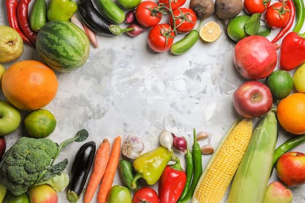 Widok z góry kompozycji świeżych warzyw na białym tle
