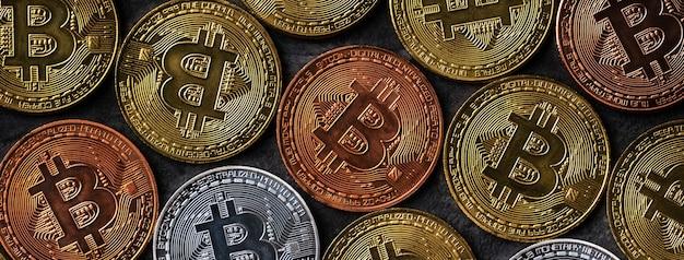 Widok z góry koncepcja biznesowa kryptowaluty bitcoin na ciemnym czarnym tle łupków tabeli.