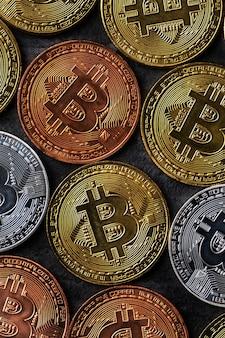 Widok z góry koncepcja biznesowa kryptowaluty bitcoin na tle ciemnego czarnego łupkowego stołu.