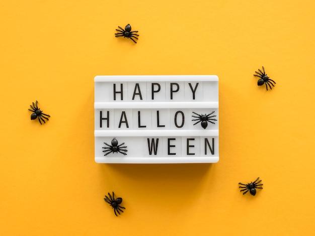 Widok z góry koncepcja halloween z pozdrowieniami i pająkami