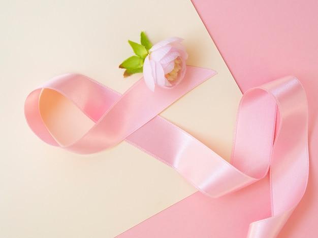 Widok z góry koncepcja raka z różową wstążką i róża