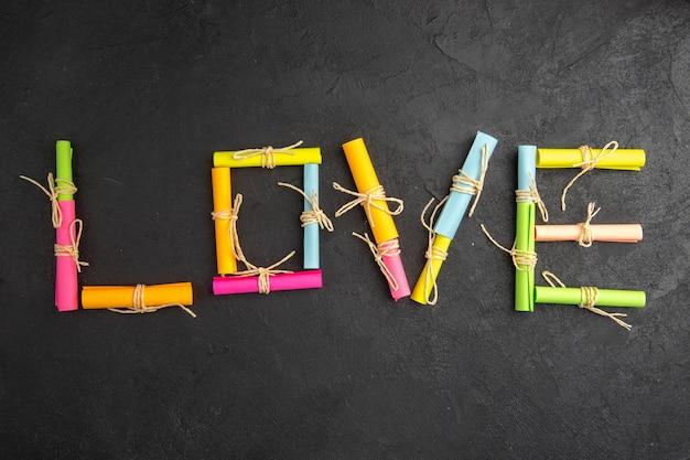Widok z góry koncepcja walentynki w pudełku miłość napisana za pomocą przewijanych dokumentów życzeń na stole
