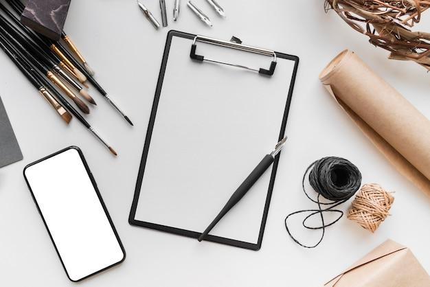 Widok z góry koncepcji biurka artysty z miejsca na kopię
