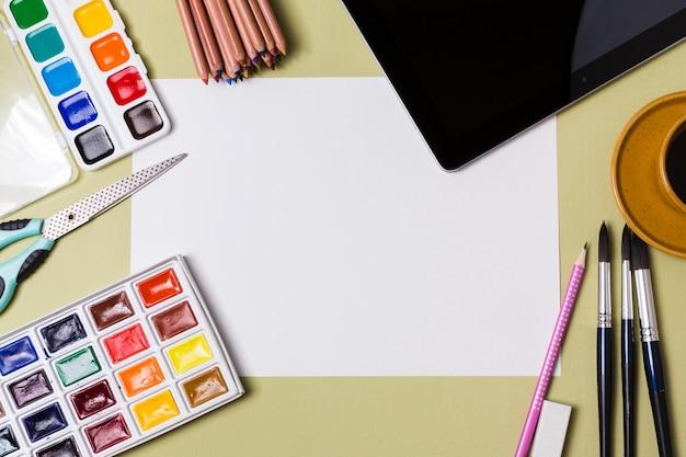 Widok z góry koncepcji biurka z miejscem na farbę i kopię