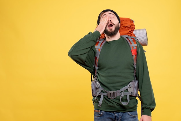 Widok z góry koncepcji podróży z sennym młodym facetem z packpack
