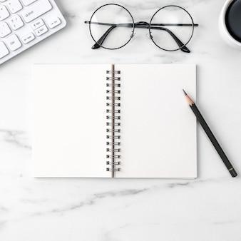 Widok z góry koncepcji pracy biurka stół z pustym notatnikiem