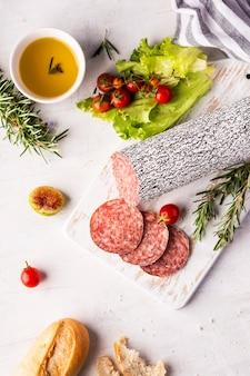 Widok z góry koncepcji pysznego salami