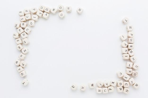 Widok z góry koncepcji ramki alfabetu kości