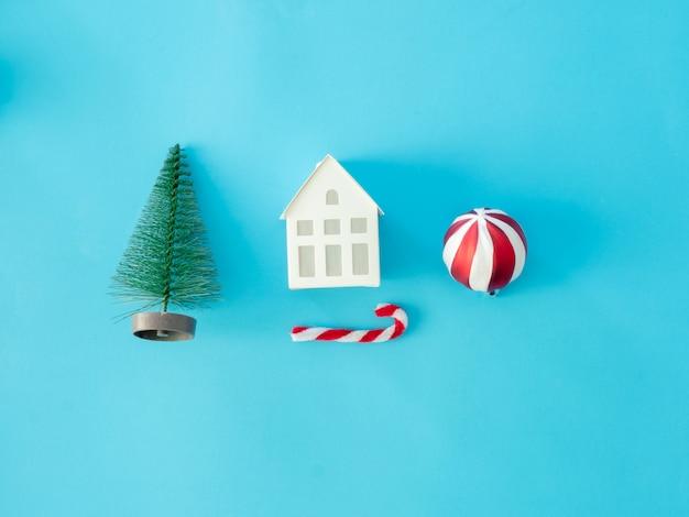 Widok z góry koncepcji świąt bożego narodzenia i nowy rok z szyszek sosny, pudełko, bombki i ozdoby świąteczne na niebieskim tle tabeli.