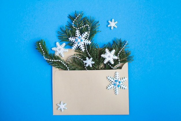 Widok z góry koperty ze składem świątecznym na niebieskim tle. skopiuj miejsce.