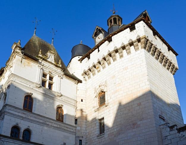 Widok z góry kościoła w royal city of loches we francji.