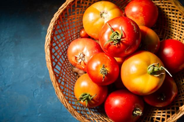 Widok z góry kosz pełen pysznych pomidorów