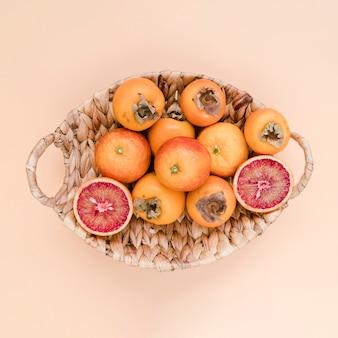 Widok z góry kosz wypełniony pysznymi persimmons