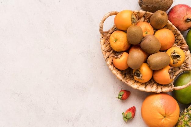 Widok z góry kosz z pysznymi owocami