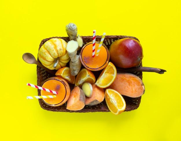 Widok z góry koszyka z tropikalnymi owocami i koktajlami
