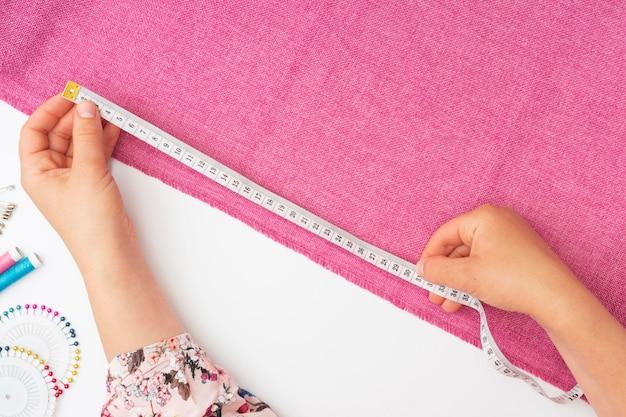 Widok z góry krawiec pracujący na tkaninie