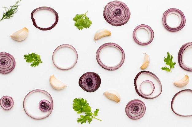 Widok z góry krążki cebuli i przyprawy