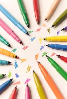 Widok z góry kresek malowanych na białym tle między markerami