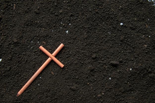 Widok z góry krzyża na ziemi ponury żniwiarz pogrzeb diabeł śmierć