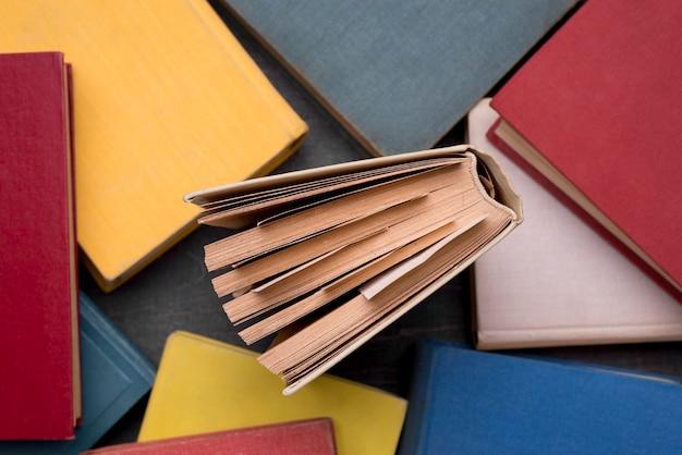 Widok z góry książek w twardej oprawie z jedną pośrodku