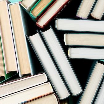 Widok z góry książek z czarnym tłem