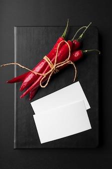 Widok z góry książki menu z papryczkami chili