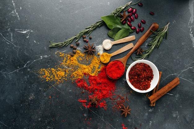 Widok z góry. kuchnia indyjska. przyprawa. przyprawy ze świeżymi i suszonymi ziołami w miskach. wolne miejsce na kopiowanie