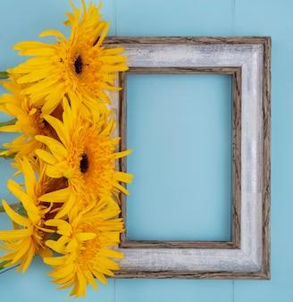 Widok z góry kwiatów i ramki na niebiesko z miejsca na kopię
