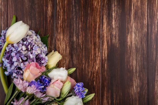 Widok z góry kwiatów na podłoże drewniane z miejsca na kopię
