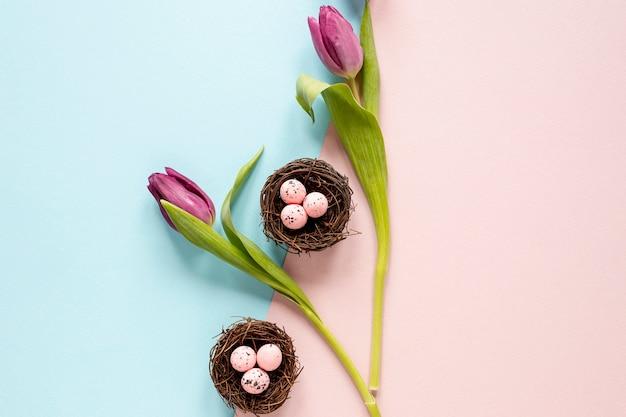 Widok z góry kwiaty i kosze z jajkami