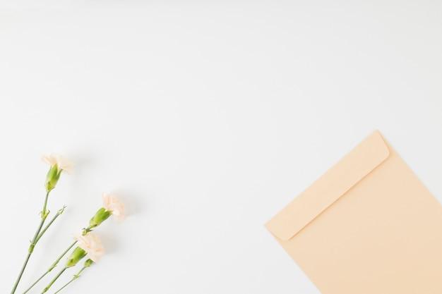 Widok z góry kwiaty z kopertą