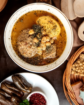 Widok z góry kyufta bozbash tradycyjne danie azerbejdżańskie z groszkiem w talerzu kyasa